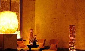 室内をモノトーン調に照らすモダンなフロアライト