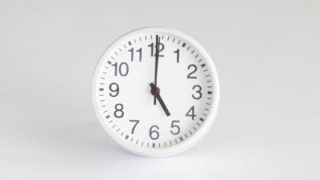 オフィスにひとつ 始業終業時刻をお知らせするプログラムクロック