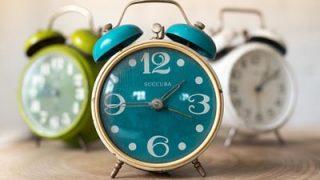 朝のスケジュールが秒刻みな人向けの時刻正確【電波目覚まし時計】