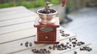 アウトドアでも本格コーヒーを楽しめるハンディコーヒーミル